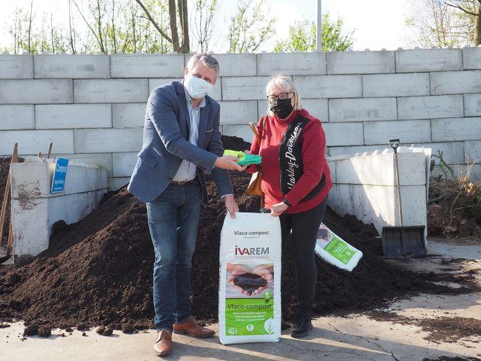 IVAREM-voorzitter Koen Anciaux overhandigt tuinhandschoenen aan Brigitte De Smet in het kader van de compostactie van Vlaco.