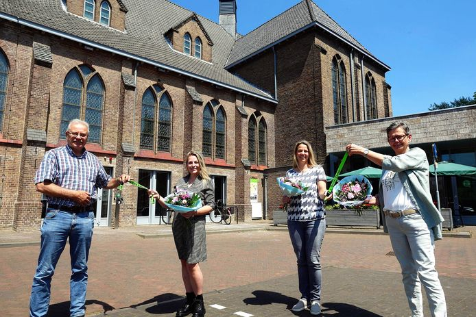 Wisseling van de wacht bij Dorpswerk Sprundel. Vlnr Adrie van Ginneken (bestuursvoorzitter), Laura van Dijk, Conny Heeren en Dineke Verpaalen.