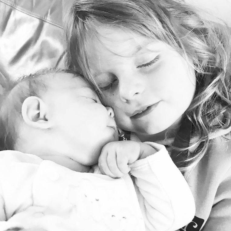 Dochters Charlie-Sue (7) en Cobey-Mae (9 maanden). Beeld RV