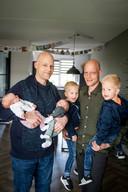 Van links naar rechts: baby Liva, vader Richard, baby Jax, Lewis (3), vader Gerjan en Owen (3).