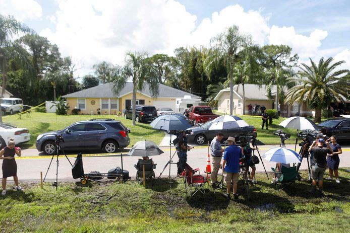 Persmensen hebben postgevat aan het huis van de familie Laundrie in Florida.