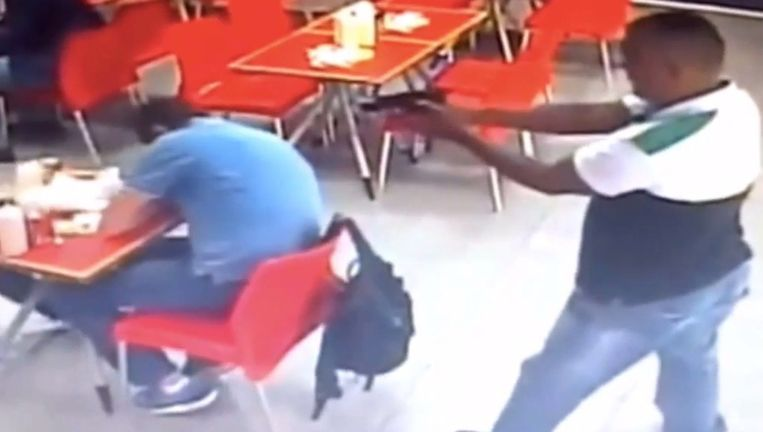 De politie in Panama verspreidde een filmpje waarop de moordpoging te zien is. Sjaak B. zakt opzij na te zijn beschoten. Beeld Politie Panama