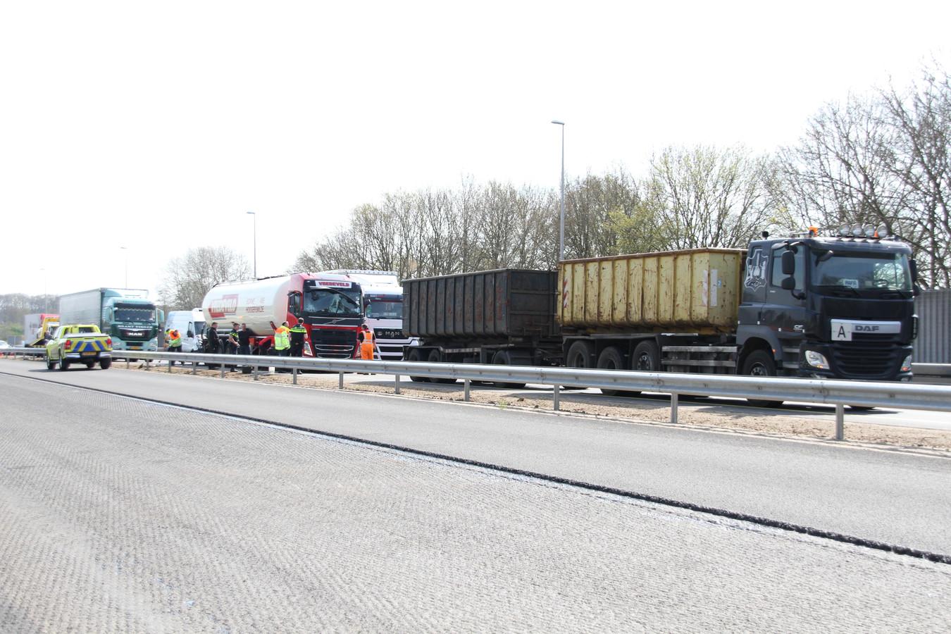 Bij de kettingbotsing waren drie vrachtwagens, een bedrijfsbus en een auto betrokken.