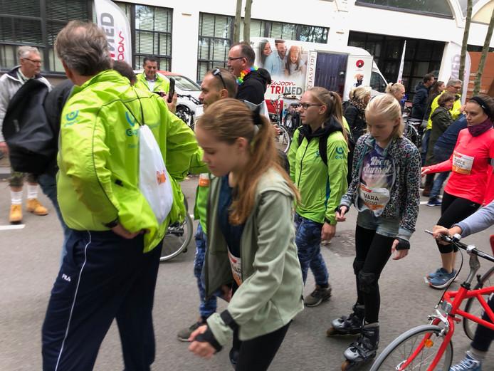 Mara van Gulik (rechts) en Mara Klompenhouwer op de skates bij de start van de 5KM4ALL van de Marathon Eindhoven.