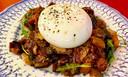 De caponata, een zoet-zure auberginesalade, is vers en fris van smaak. Bovenop een bol romige burrata.