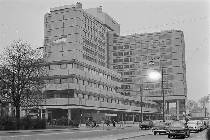 Minister Joop Bakker opende in 1969 het nieuwe gebouw van de postcheque- en girodienst in Arnhem waar iedereen zijn overschrijvingskaarten naar toe moest sturen.