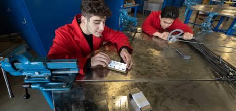 Leerlingen Sondervick maken bordjes voor Belevingstuin