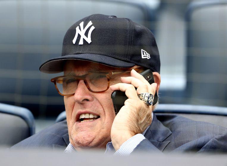 Rudy Giuliani tijdens een honkbalwedstrijd. De persoonlijk advocaat wordt ervan beschuldigd in Oekraïne als oliemannetje voor Trump te hebben opgetreden.  Beeld AFP