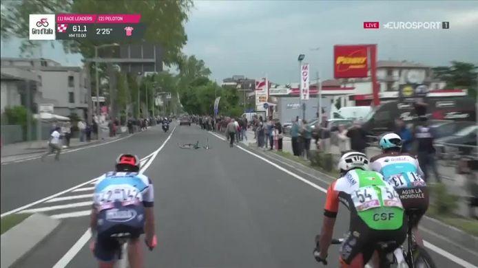 Een fan moest snel een fiets van het parcours weghalen