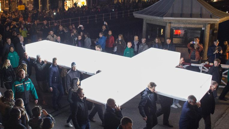De processie met het witte kruis van The Passion loopt door de straten van Leeuwarden. Het is de zevende editie van tv-spektakel van de Evangelische Omroep (EO). Beeld anp