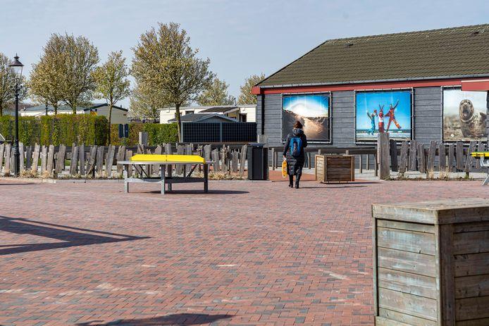 Het horeca- en winkelplein van camping de Julianahoeve is vrijwel verlaten.