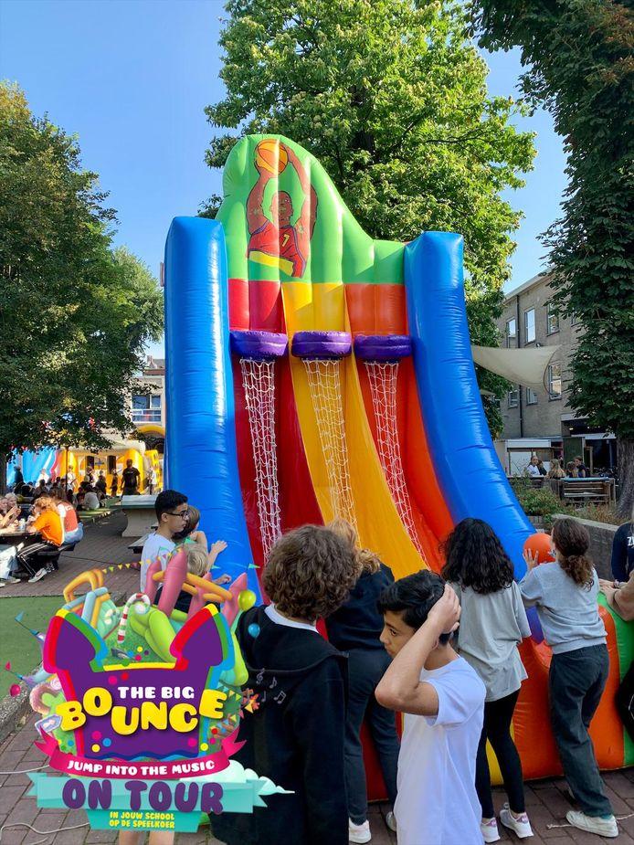 Big Bounce on Tour streek neer in het Koninklijk Lyceum in Antwerpen, een school met bijna 1.000 leerlingen.