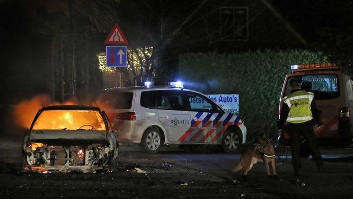 Een brandende auto in Veen