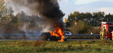 Auto gaat in vlammen op, file op A28 bij Nijkerk
