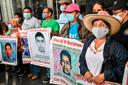 Familieleden van de verdwenen 43 studenten protesteren bij het gerechtshof.