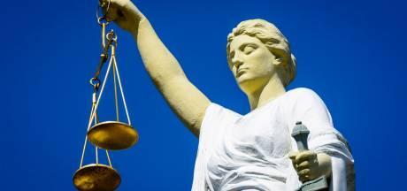 Verdachte zakenvrouw in grote fraudezaak beent boos rechtszaal uit, notaris 'deed wat zij bedacht'