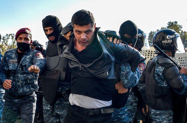 De arrestatie van een demonstrant, woensdag in de Armeense hoofdstad Jerevan. Beeld Karen MINASYAN / AFP