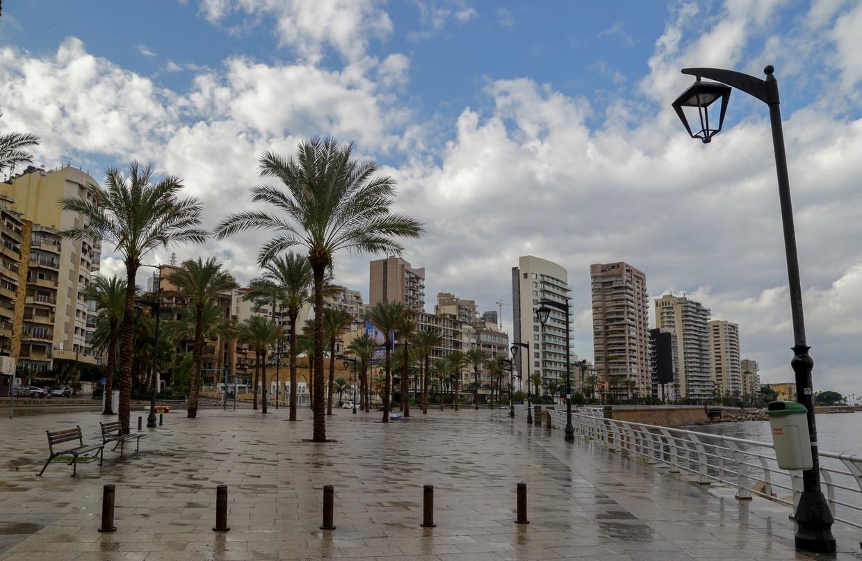 De boulevard van Beiroet ligt er door de lockdown verlaten bij. Beeld Nabil Mounzer / EPA