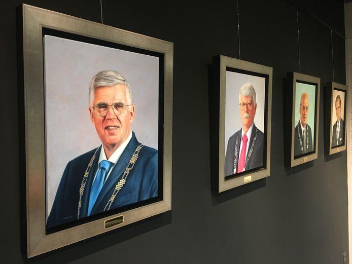 De burgemeesters die de afgelopen halve eeuw aan het roer stonden in Ermelo, aan de muur tegenover de voormalige burgemeesterskamer. Links de in oktober opgestapte André Baars.