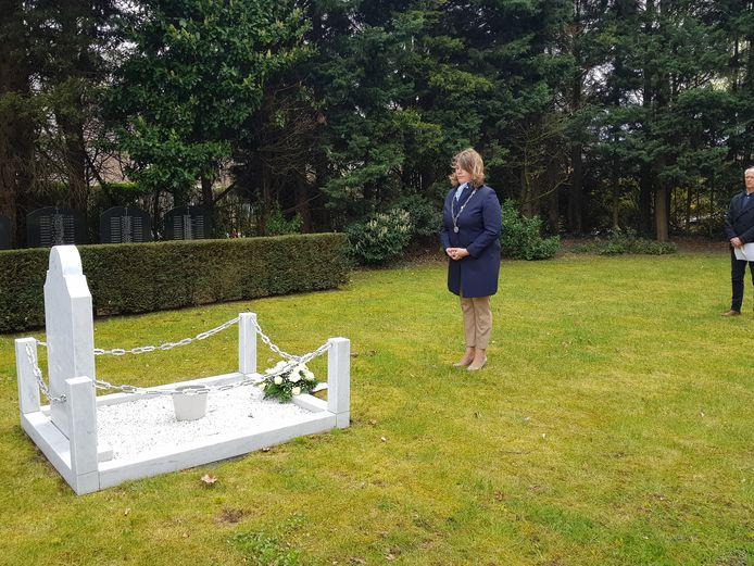 Burgemeester Joyce Vermue tijdens bloemlegging 4 mei 2021