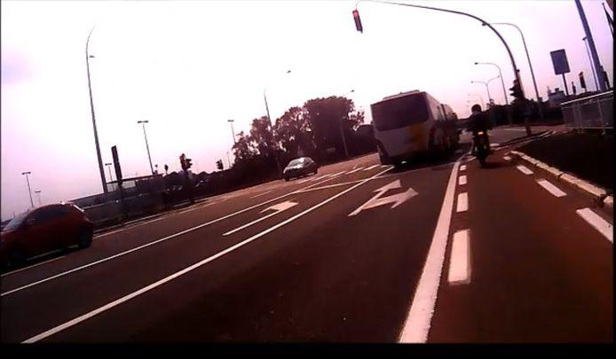 De buschauffeur reed door het rood op de Zelzatebrug
