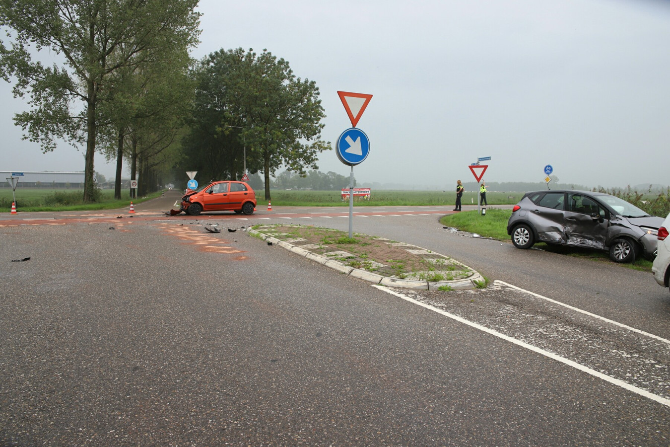 Op de kruising Oude Hoevenseweg - Rijksstraatweg in Buurmalsen zijn twee personenauto's op elkaar gebotst.