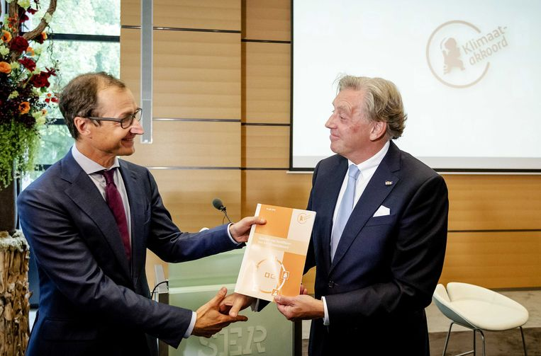 Voorzitter Ed Nijpels presenteert de hoofdlijnen van het Klimaatakkoord aan Minister Wiebes. Het kabinet wil de uitstoot van CO2 door Nederland beperken met 49 procent in 2030 ten opzichte van 1990.  Beeld ANP