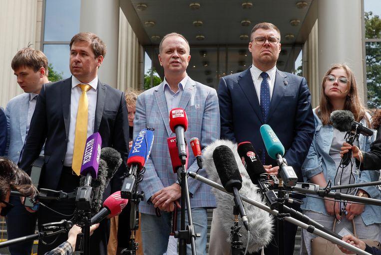 Advocaten van anticorruptiefonds FBK staan de pers te woord na de uitspraak tegen het fonds.  Beeld EPA