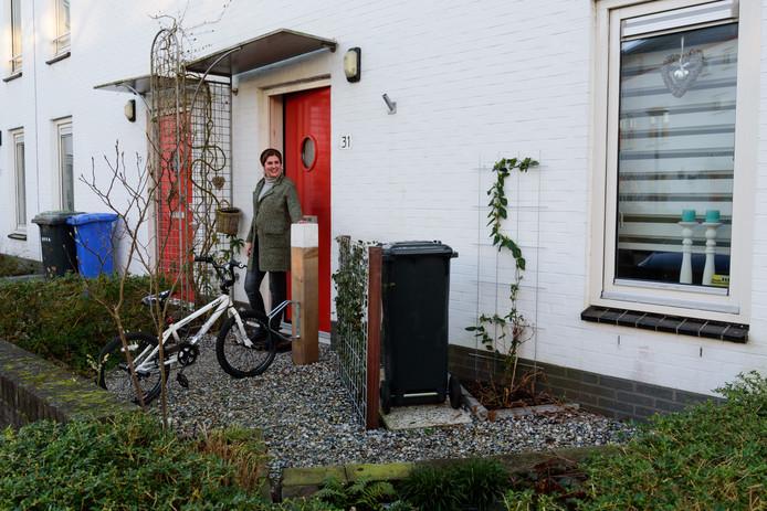 Mirjam de Graaf bij haar klimaatbestendige voortuin in Nieuwland.