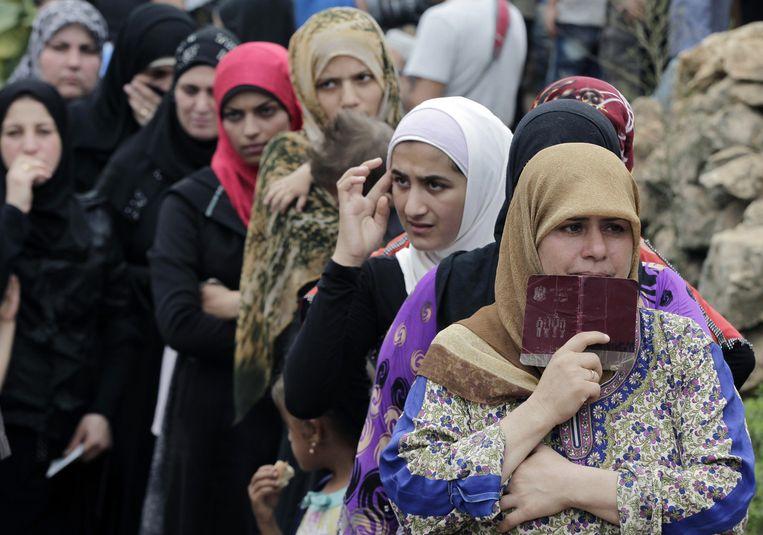 Syrische vrouwen schuiven aan voor hulp, maar die is verre van adequaat. Beeld AP