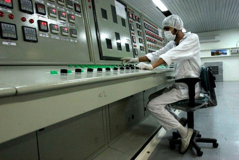 Een Iraans technicus in een uraniumconversiefaciliteit in Isfahan, archiefbeeld. Beeld AP