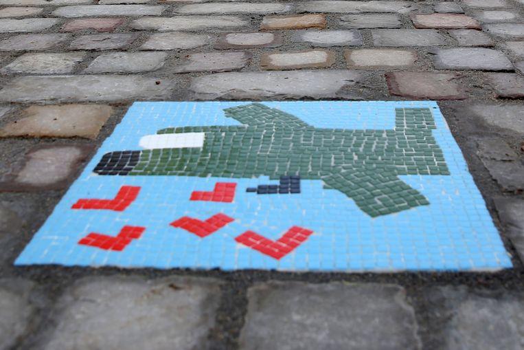 De schoolkinderen maakten zelf de vredesmozaïeken voor het wegje dat de Gemeentehuislaan en de Kerkstraat verbindt.
