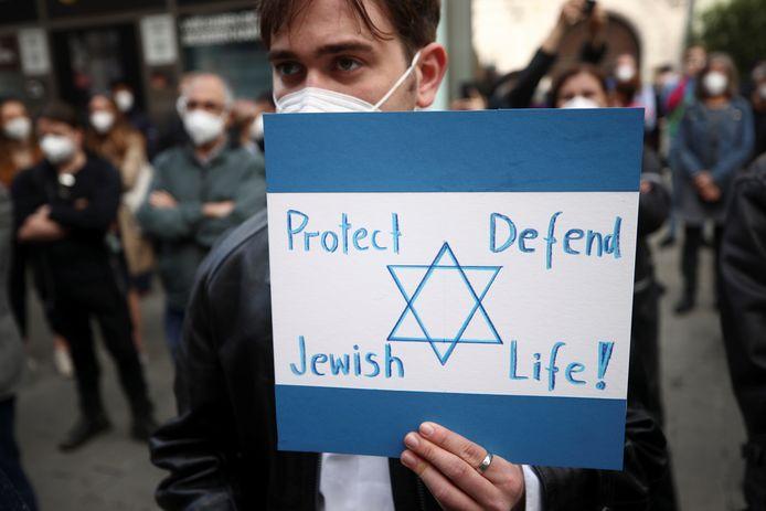 Een deelnemer aan een pro-Israëldemonstratie vandaag in Wenen.