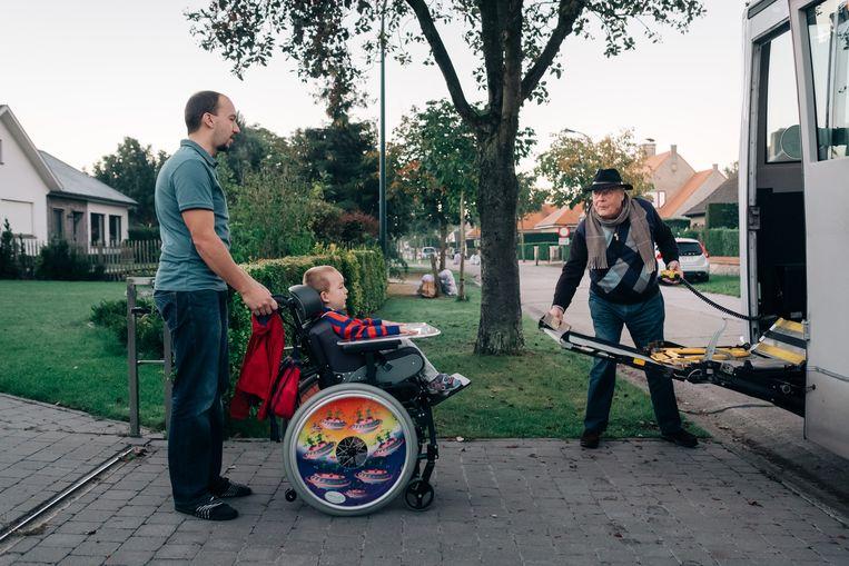 """Papa Bart met Tuur in zijn rolstoel: """"Tot anderhalf jaar geleden moesten we het doen met de boodschap dat Tuur alleen maar zou achteruitgaan.""""    Beeld Wouter Van Vooren"""