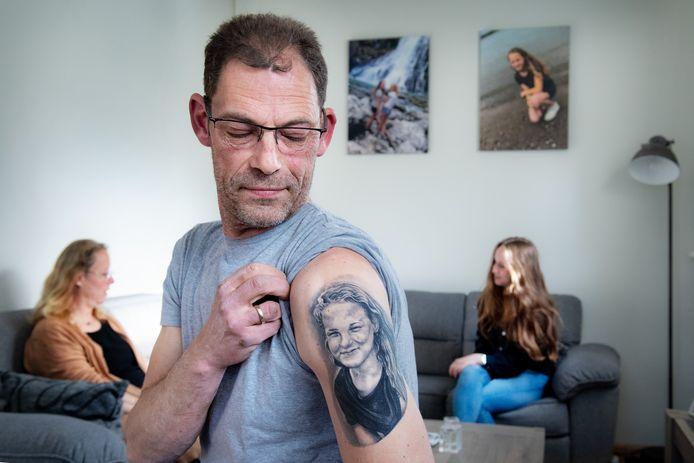Een blijvende herinnering. Vader Wijnand Steeg kijkt iedere dag even naar de tattoo van overleden dochter Lieke op zijn bovenarm. Achter hem: moeder Lydia en Liekes zus Floor.