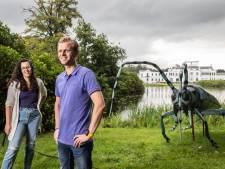 Grote 'Twentse' insecten staan nu in de tuin van paleis Soestdijk: 'Verhaallijnen creëren op vette locaties'
