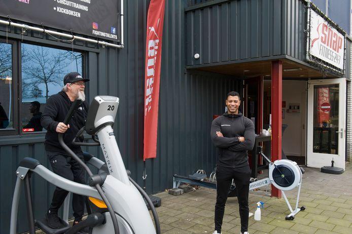 Laurens Pennings op de crosstrainer bij Snap Fitness aan De Eendenkooi in Den Bosch. Eigenaar Samir Bayouni (rechts) doet mee aan het landelijke protest van de sportscholen.