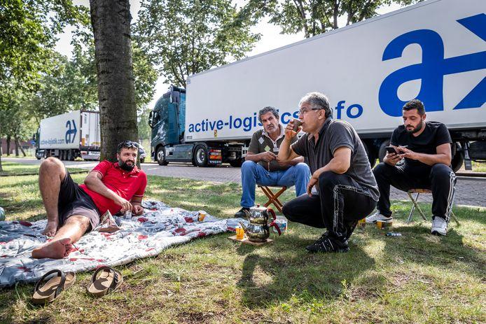 Truckers uit Turkije aan de Churchilllaan in Helmond.