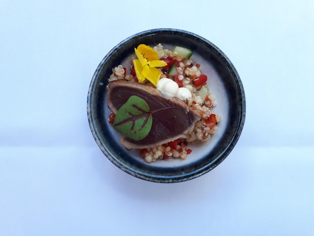 Tataki van tonijn, groentenquinoa, wasabi-soya saus.