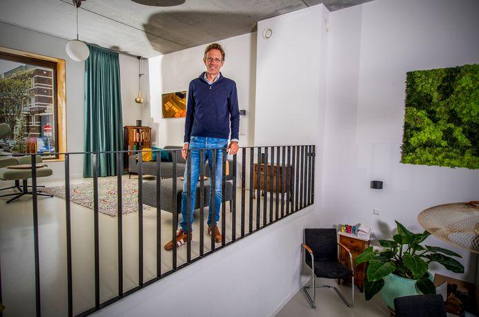Rob Out woont met zijn gezin aan de Hooidrift. Daar staan veertien woningen op een rij, die door de bewoners allemaal zelf zijn ontworpen.