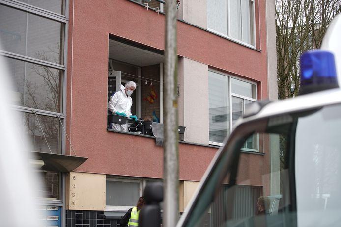 De politie doet onderzoek in een woning aan de Lebuïnuslaan in Deventer naar aanleiding van de vermissing van een man uit Apeldoorn.