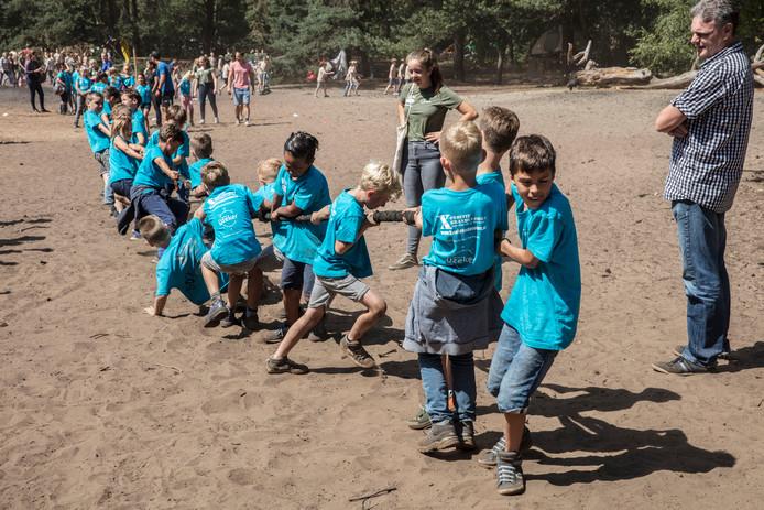 Kindervakantieweek Brandevoort: touwtrekken in de Stiphoutse bossen in Helmond.