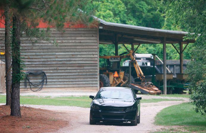 Een auto nabij de plek waar de twee lichamen maandagavond zijn aangetroffen.