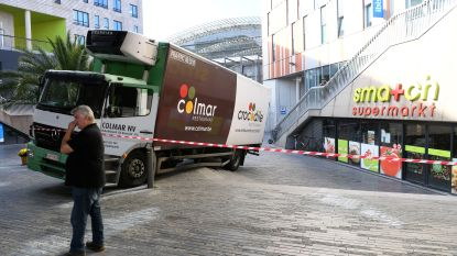 Vrachtwagen rijdt zich vast op trappen station