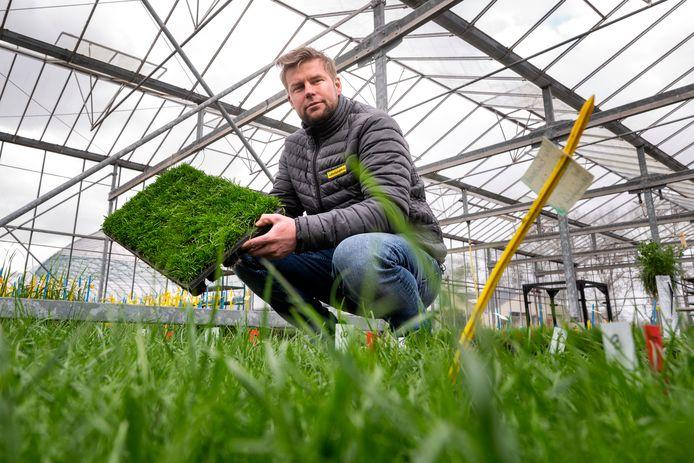 Accountmanager Floor Drissen van Barenbrug met super-stressbestendig gras Resilient Blue.