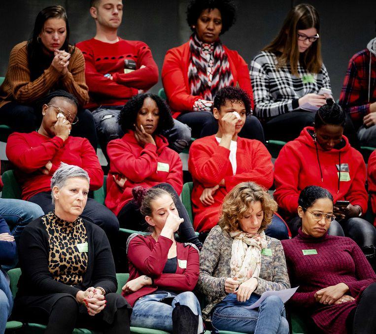 Getroffen ouders op de publieke tribune van de Tweede Kamer tijdens een debat over de toeslagenaffaire. Beeld ANP