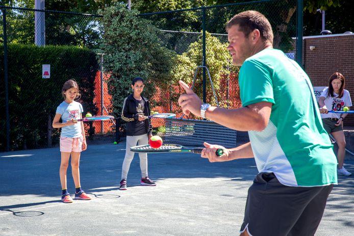 Ron Rietkerken in actie tijdens de eerste tennisles op het park van Los Amigos in Schiedam.