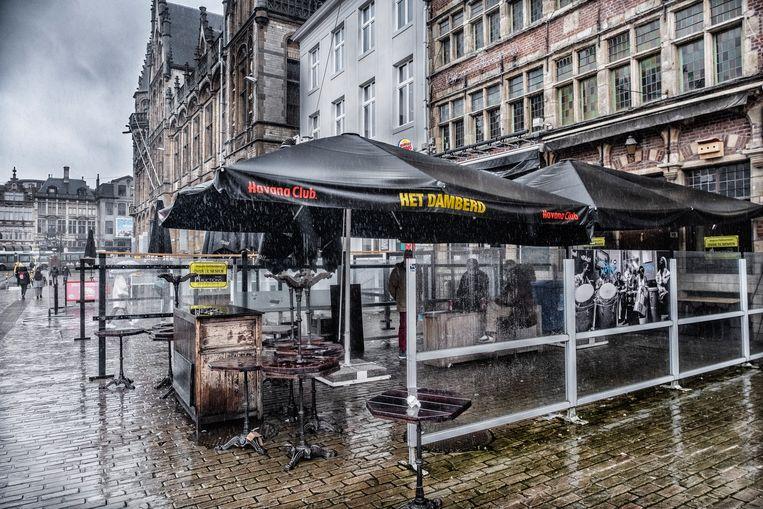 Café Damberd is dezer dagen niet het enige café dat er triest bij ligt, dus je zou niet meteen zien dat het café vorige week failliet is verklaard. Maar misschien is het nog niet over en uit. Beeld Tim Dirven