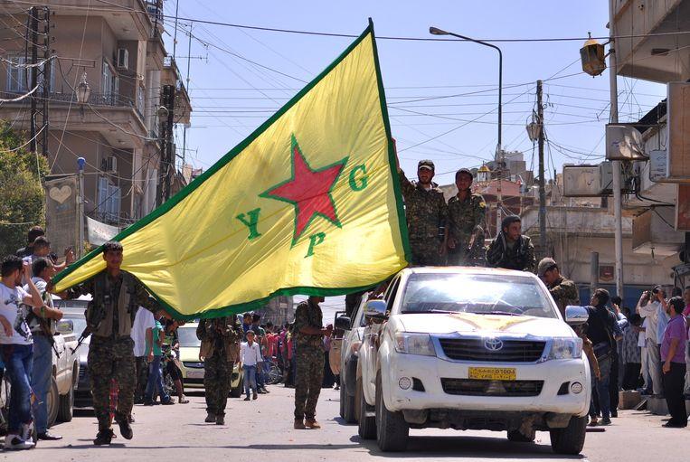 Koerdische strijders van de YPG tijdens een parade in Qamishli, in het noordoosten van Syrië. Beeld afp
