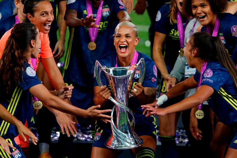 Shanice van de Sanden met de beker nadat ze met Olympique Lyon in 2020 de Champions League had gewonnen, door een zege in de finale op VfL Wolfsburg, haar huidige club. Beeld AFP
